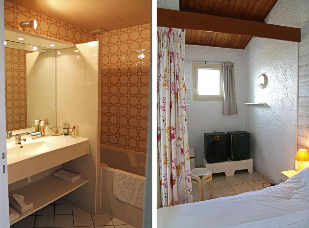 Salle de bain avec baignoire et alcôve avec réfrigérateur et table