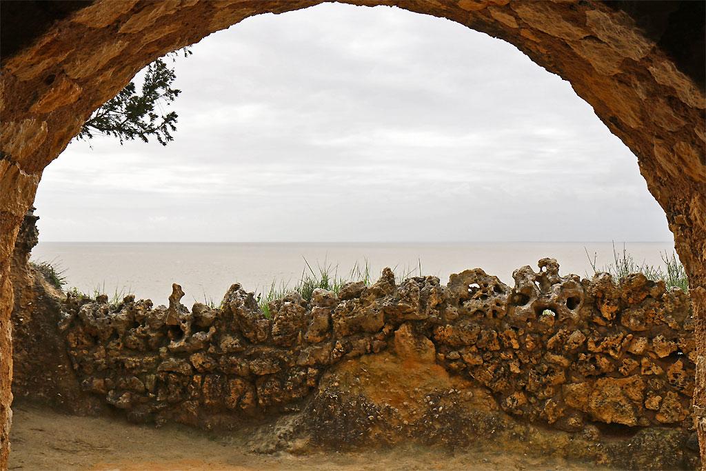 Cavité creusée et muret