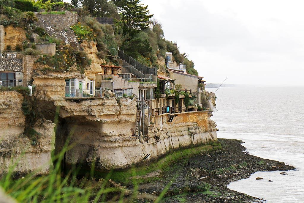 Il y a encore des gens qui habitent sur la falaise