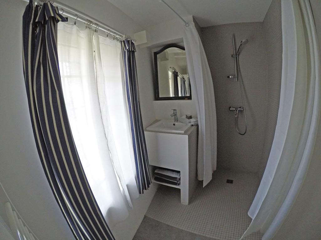 Salle de bain du gîte en tête à tête